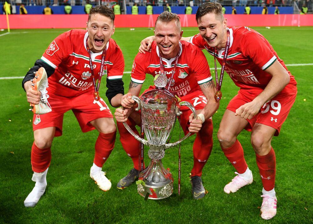 Jogadores do time russo de futebol Lokomotiv posam para foto depois de vencerem a Copa da Rússia