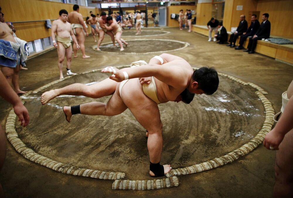 Estudantes universitários se exercitam no clube de sumo, no Japão, 20 de maio de 2019