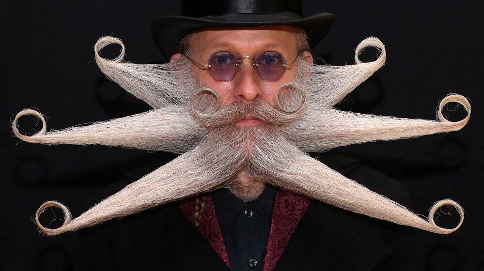 Homem posa para foto durante Campeonato Mundial de Barba e Bigode em Antuérpia, Bélgica, 18 de maio de 2019