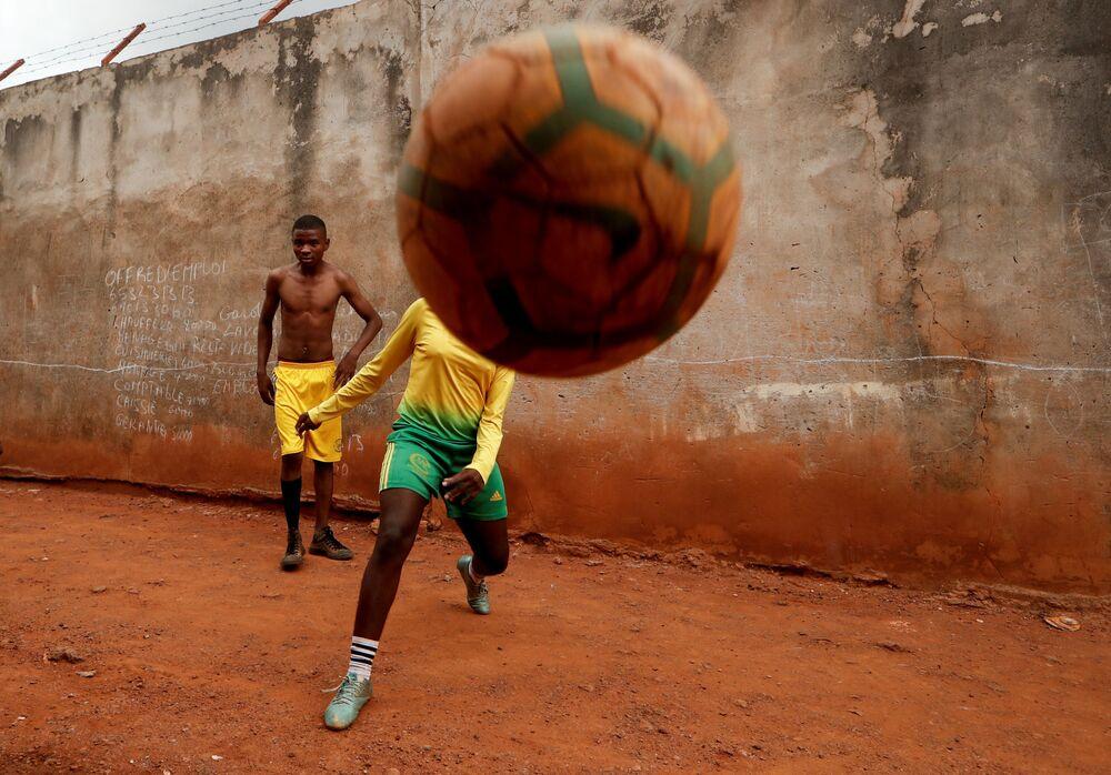 Gaelle Dule Asheri, de 17 anos, uma das primeiras garotas preparadas por treinadores profissionais da Academia Rails Foot de Camarões, em Yaoundé, Camarões, 3 de maio de 2019