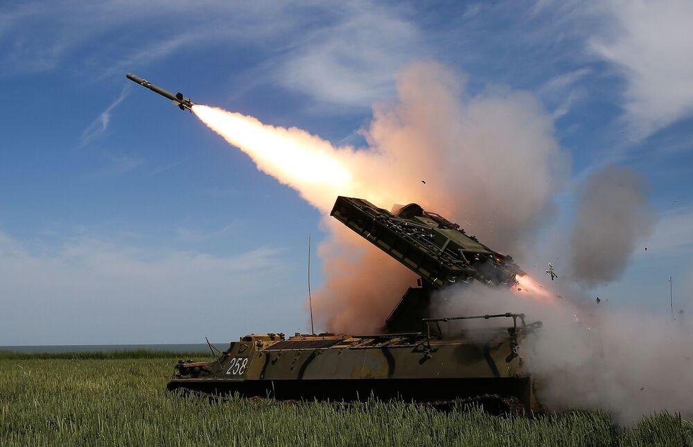 Disparos do sistema de mísseis antiaéreos Strela-10M3 em campo de treinamento na região de Krasnodar, Rússia