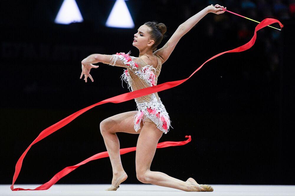 Atleta russa durante o Campeonato Europeu de Ginástica Rítmica em Baku, Azerbaijão