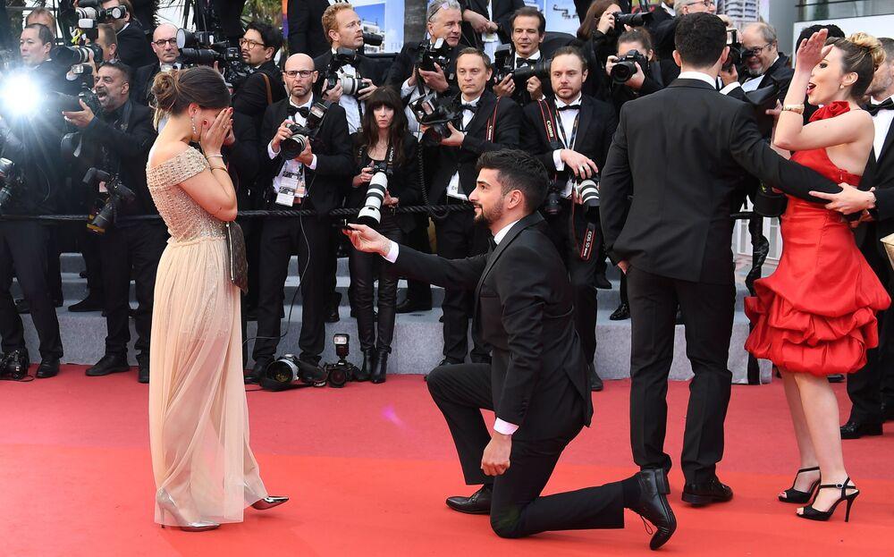 Proposta de casamento sendo feita no tapete vermelho durante o 72º Festival Internacional de Cinema de Cannes