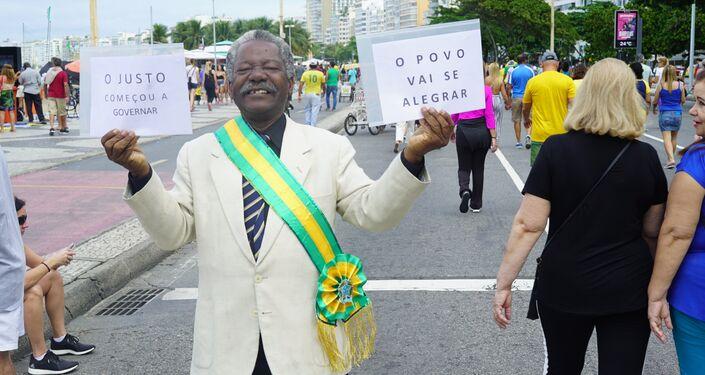 O aposentado Ananias de Souza se fantasia de presidente. Ele diz ter votado em Jair Bolsonaro porque espera ver o povo feliz de novo.