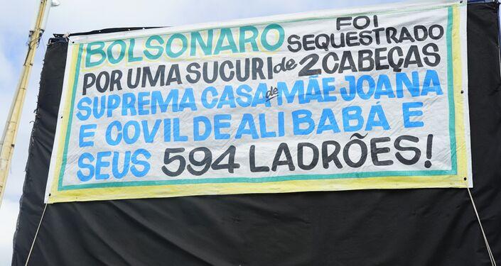 Cartaz em carro de som critica o Supremo e o Congresso: Bolsonaro foi sequestrado por uma sucuri de 2 cabeças: Suprema Casa da Mãe Joana e o covil de Alibaba e seus 594 ladrões!.