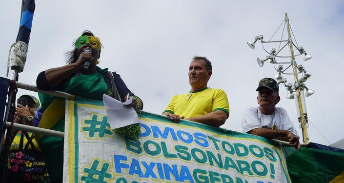 Manifestante grita palavras de ordem em cima de um trio na Praia de Copacabana, no posto 4.