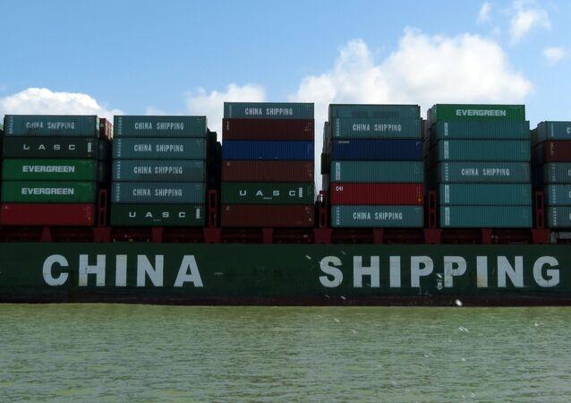 Contêineres com produtos chineses passando pelo canal do Panamá