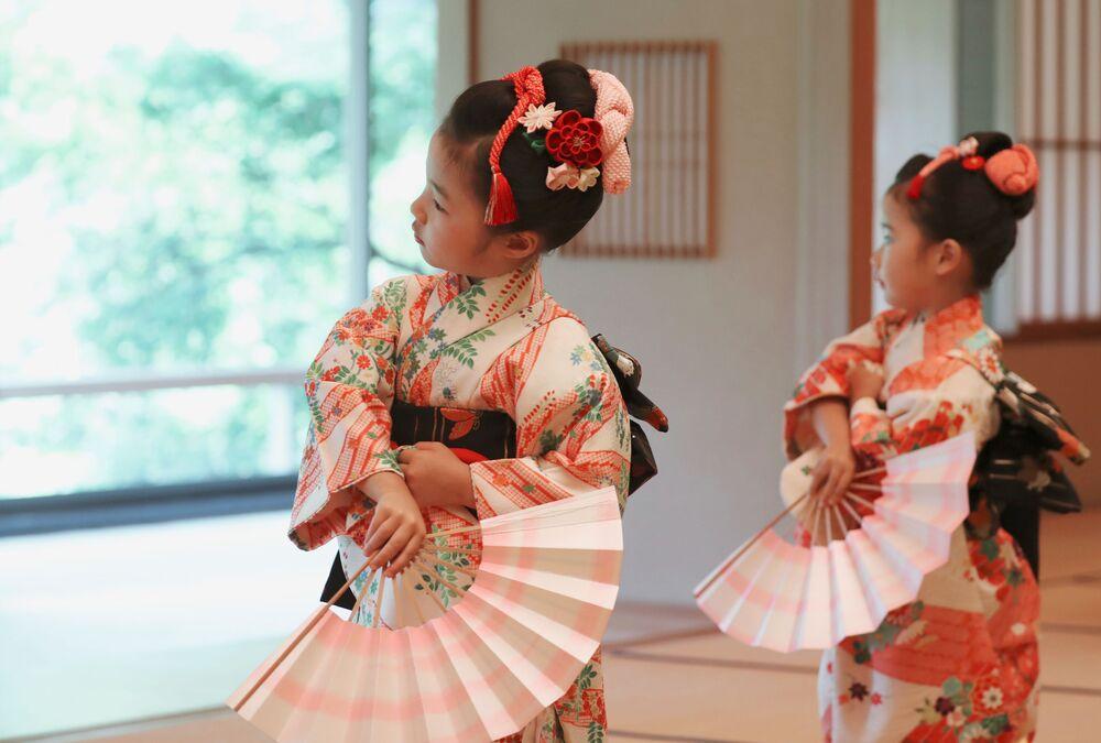 Meninas cantam dança folclórica japonesa perante Melania Trump e Akie Abe no Palácio Akasaka em Tóquio