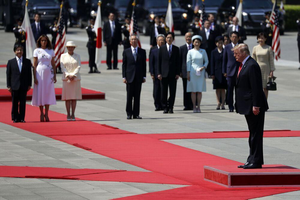 Donald Trump e Melanie Trump na cerimônia de boas-vindas no Palácio Imperial em Tóquio