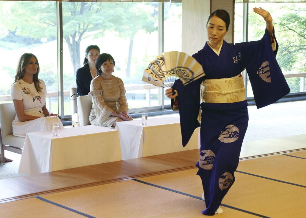 Melania Trump participa de um programa cultural na Akasaka State Guest House, em Tóquio