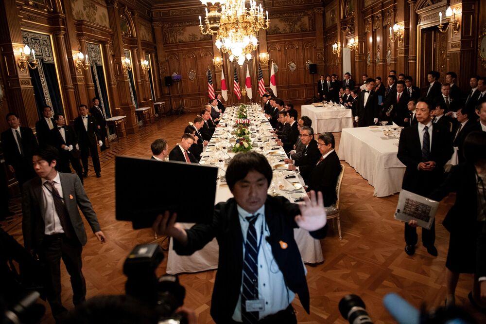 O presidente americano Donald Trump e sua esposa em um jantar com o primeiro-ministro japonês Shinzo Abe em Tóquio