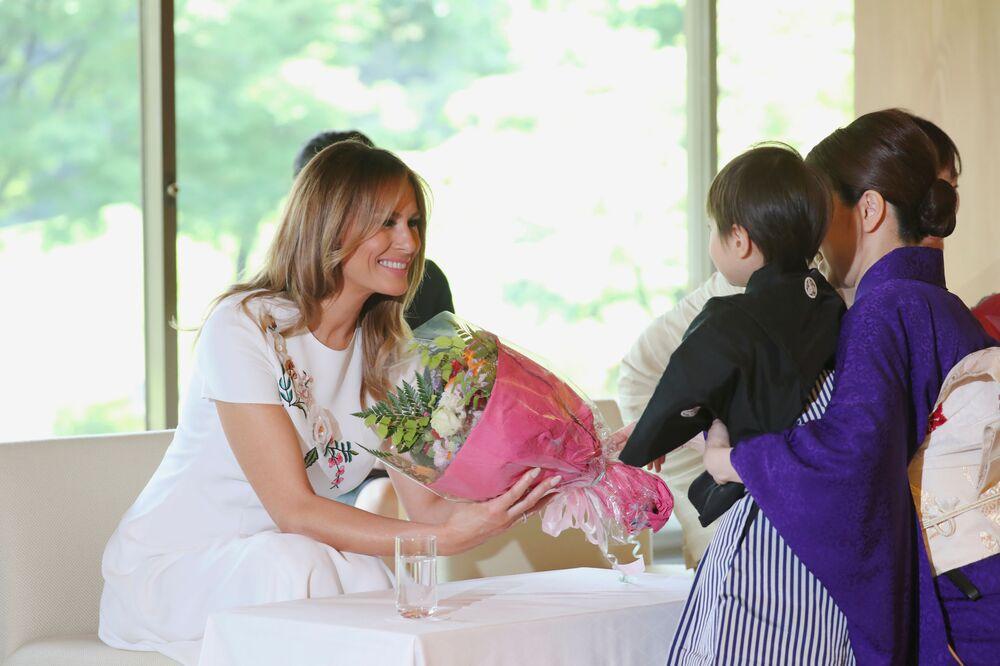 Primeira-dama dos EUA, Melania Trump, recebe um buquê durante a visita política a Tóquio