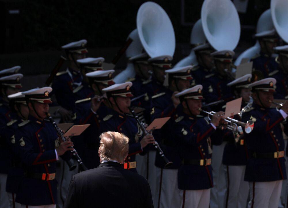 Donald Trump inspeciona a guarda de honra no Palácio Imperial em Tóquio
