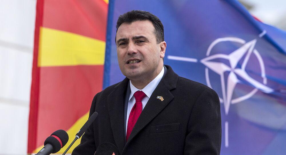 O primeiro-ministro da Macedônia, Zoran Zaev, se dirige à nação durante uma cerimônia oficial de hasteamento da bandeira da OTAN em frente à sede do governo da Macedônia.
