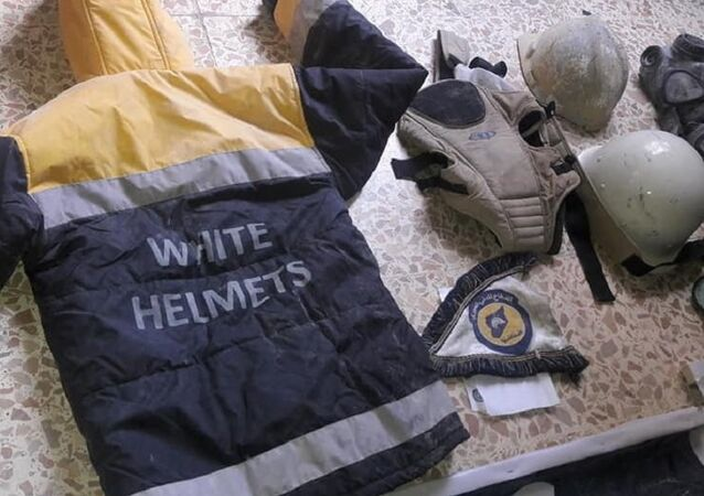 Uniformes dos Capacetes Brancos são encontrados durante busca na sede de terroristas em Ghouta Oriental.