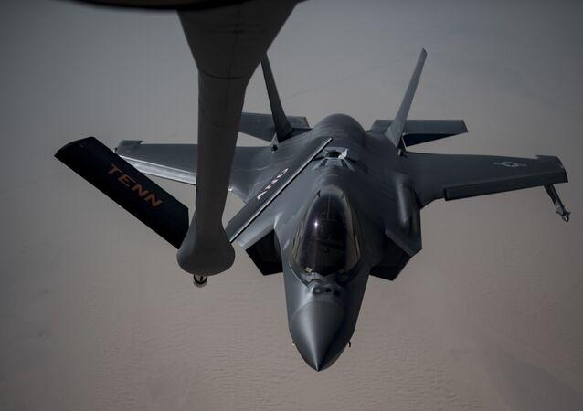 F-35A Lightning II sendo abastecido por um KC-135 Stratotanker, 12 de maio de 2019