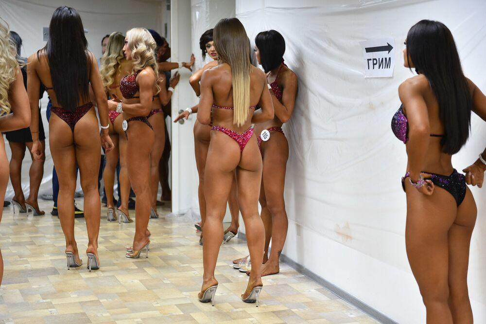 Nervosismo das participantes antes de sair ao palco é captado por fotógrafo
