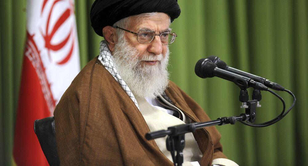 O líder supremo do Irã, Aiatolá Ali Khamenei fala em uma reunião em Teerã (arquivo)