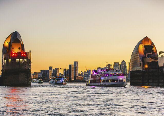 Navios cruzando o rio Tâmisa em Londres