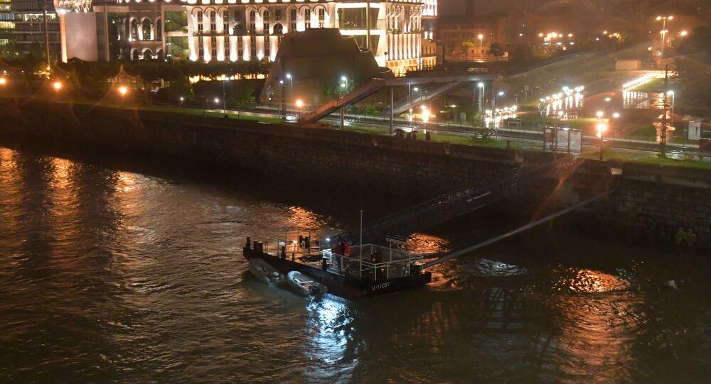 Equipe de resgate no rio Danúbio, em Budapeste, capital da Hungria