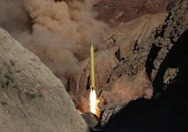 Míssil balístico de longo alcance Qadr H é disparado pela Guarda Revolucionária do Irã durante manobra no Irã, 9 de março de 2016 (imagem de arquivo)
