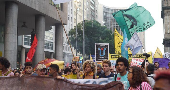 Manifestantes se concentraram ao redor da Igreja da Candelária, no centro do Rio de Janeiro, 30 de maio