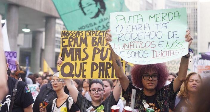Ato contra os cortes do governo Bolsonaro tomaram as ruas do centro do Rio em 30 de maio