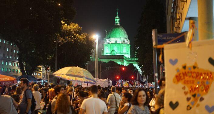 Depois da concentração em torno da Igreja da Candelária, a manifestação seguiu, de forma pacífica, em passeata pela avenida Rio Branco até a praça da Cinelândia