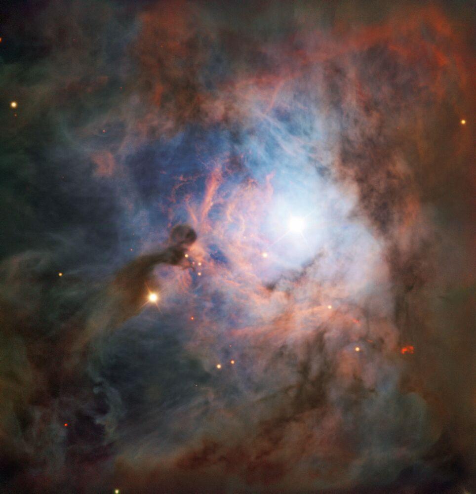 Constelação de Orion é uma das coleções de estrelas mais reconhecíveis no céu noturno. A constelação abriga o radiante de uma chuva de meteoros denominada Oriônidas, cujo pico acontece no final de outubro quando a Terra cruza com os fragmentos deixados pelo cometa Halley