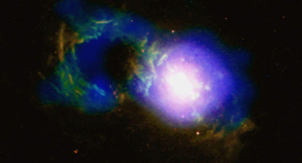 Quasar Teacup – denominado assim por ter uma forma incomum – junto com o buraco negro supermassivo SDSS 1430 + 1339
