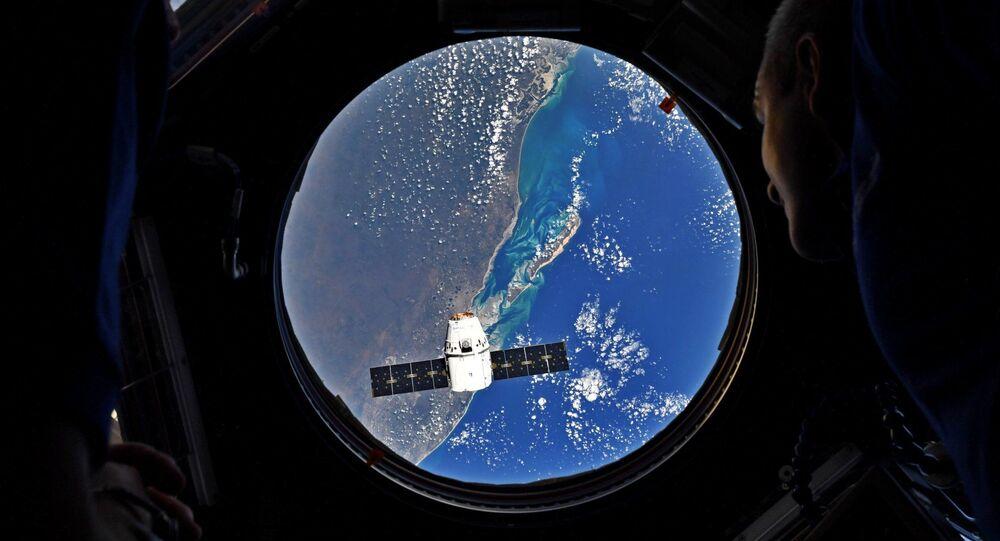 Foguete portador Falcon-9 lançado com a espaçonave de carga Dragon a partir de cabo Canaveral