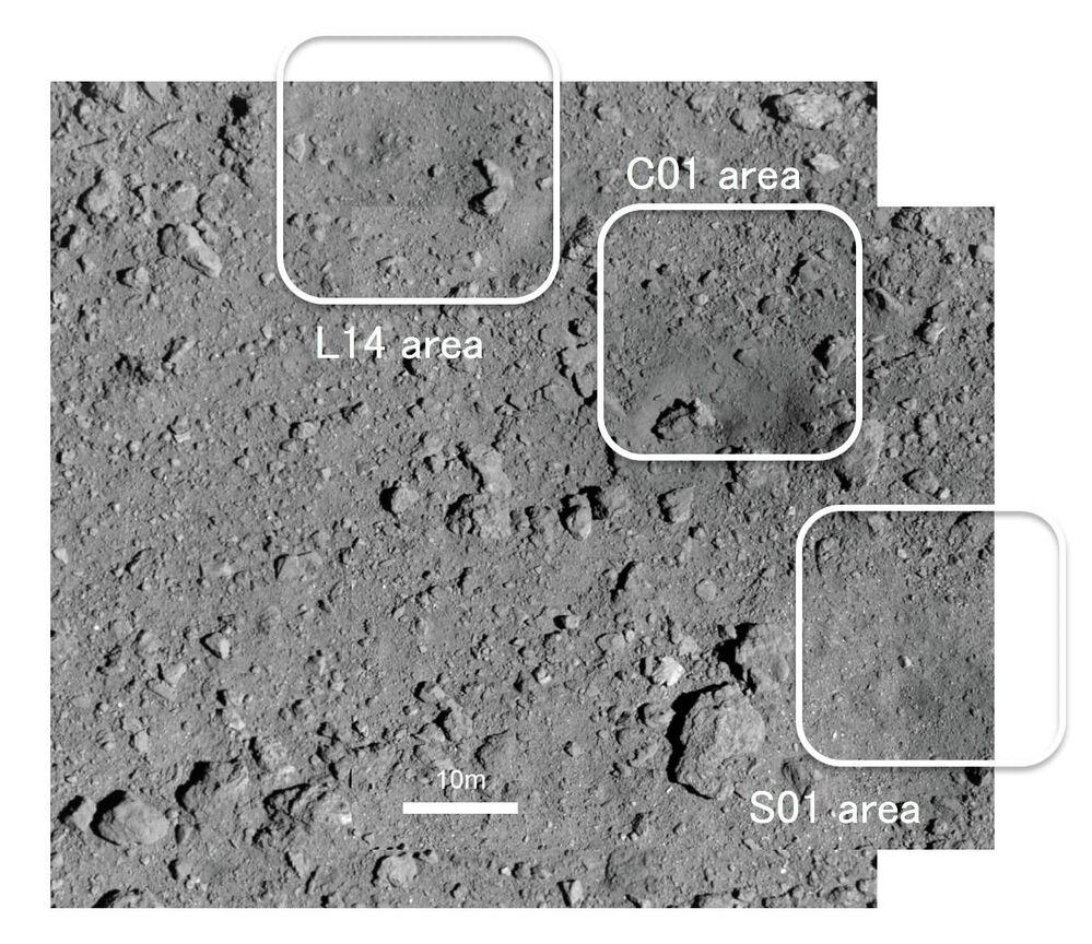 Imagem de alta resolução mostra a cratera artificialmente criada na superfície do asteroide Ryugu, fotografada pela sonda da Agência Japonesa de Exploração Aeroespacial (JAXA, na sigla em inglês)