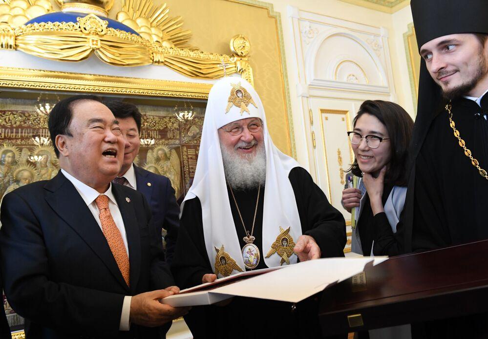O chefe da Igreja Ortodoxa Russa, o Patriarca Kirill, durante o encontro com o presidente do parlamento sul-coreano, Moon Hee-sang