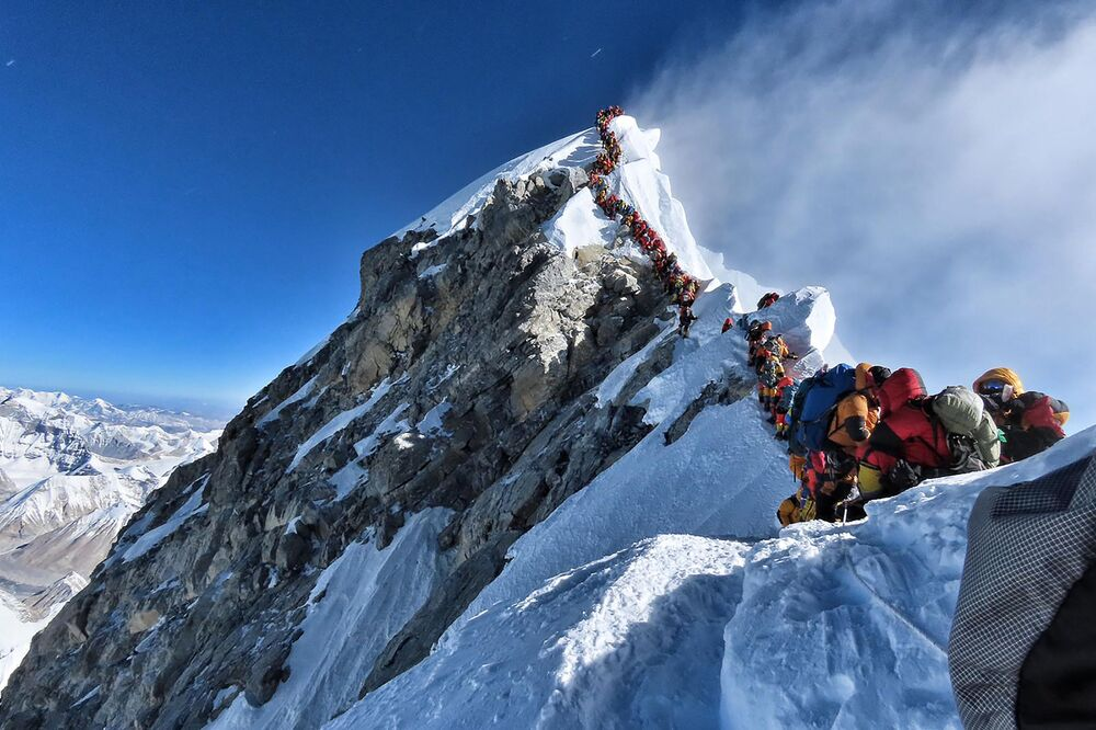 Alpinistas esperam na fila durante subida para o monte Everest