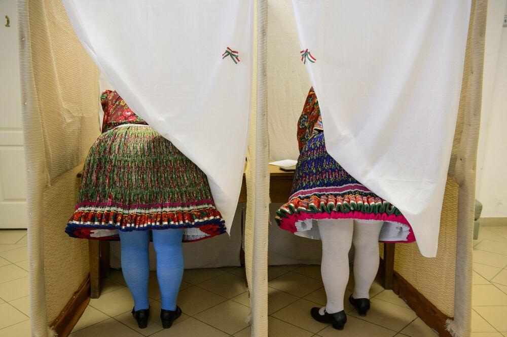 Mulheres húngaras em trajes tradicionais votam nas eleições para o Parlamento Europeu