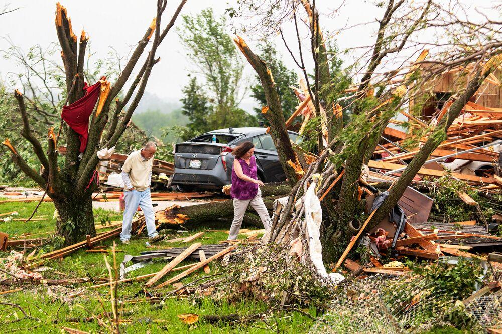 Consequências do tornado devastador que atingiu a cidade americana de Linwood, Kansas