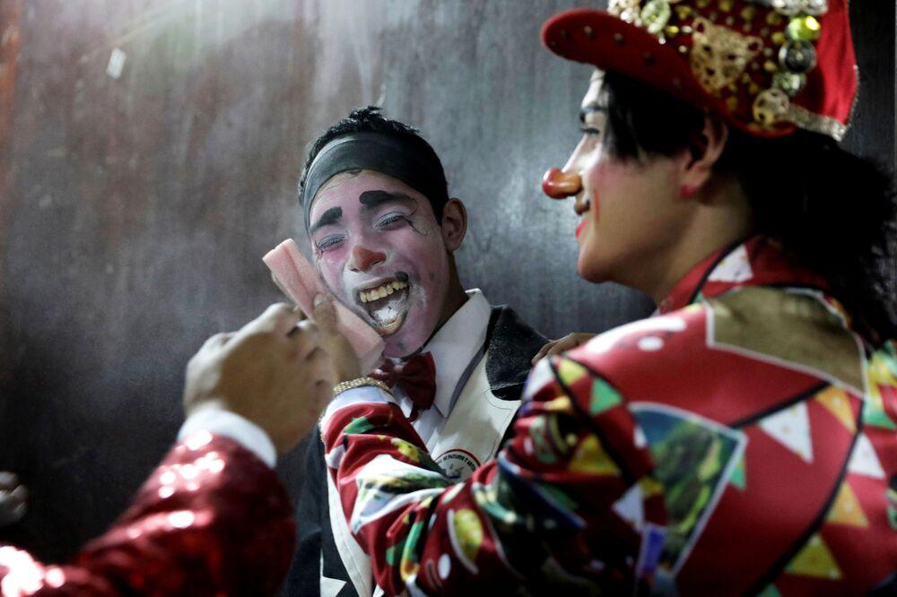 Atores se apresentam no desfile dedicado ao Dia do Palhaço, no Peru