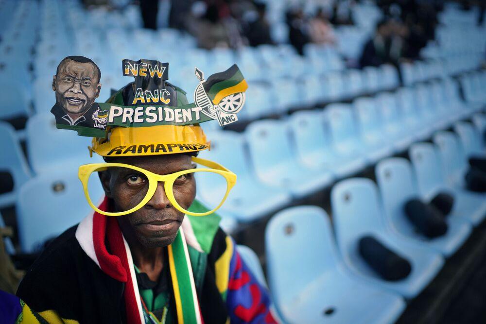 Apoiante do partido Congresso Nacional Africano assiste a cerimônia solene de tomada de posse do novo presidente da  África do Sul, Cyril Ramaphosa