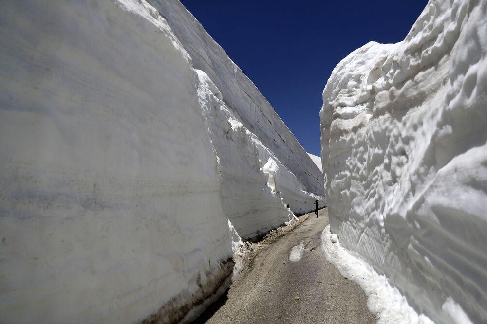 Caminho entre montes de neve de 10 metros de altura no norte do Líbano