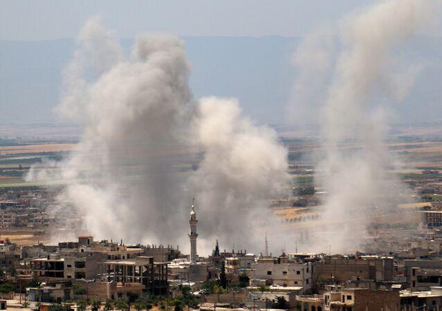 Fumaça se levantando após as forças governamentais da Síria bombardearam povoações na província de Idlib, controlada por jihadistas