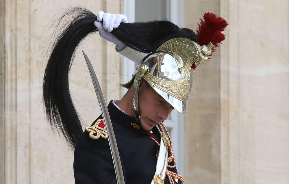 Soldado da Guarda Nacional Francesa participando da cerimônia de saudação do presidente de Madagáscar, Andry Rajoelina, no Palácio do Eliseu, Paris