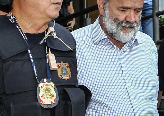 Newton Ishii, o 'japonês federal', escolta o ex-tesoureiro do Partido dos Trabalhadores (PT) para exames médicos após ter sido preso em Curitiba, em 16 de abril de 2015.