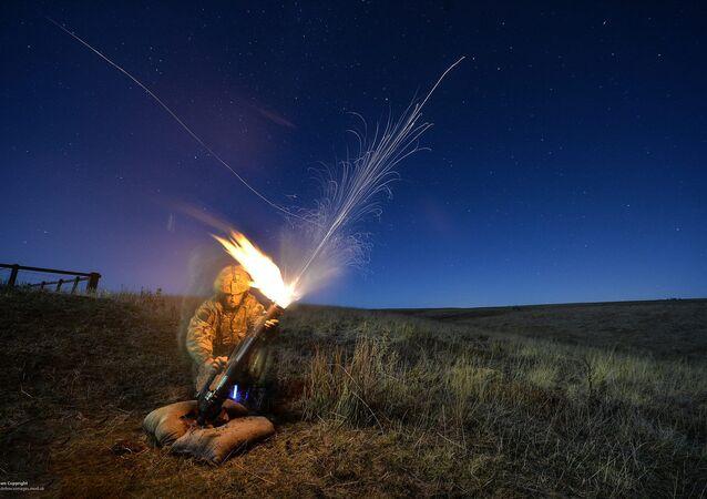 Um militar perto de um morteiro (imagem referencial)