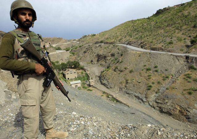 Um soldado do exército paquistanês de guarda na área tribal paquistanesa de Khyber, perto do posto fronteiriço de Torkham, entre o Paquistão e o Afeganistão (arquivo)