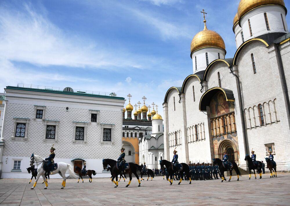Cavaleiros da Guarda de Honra do Regimento Presidencial da Rússia entram na Praça das Catedrais no Kremlin