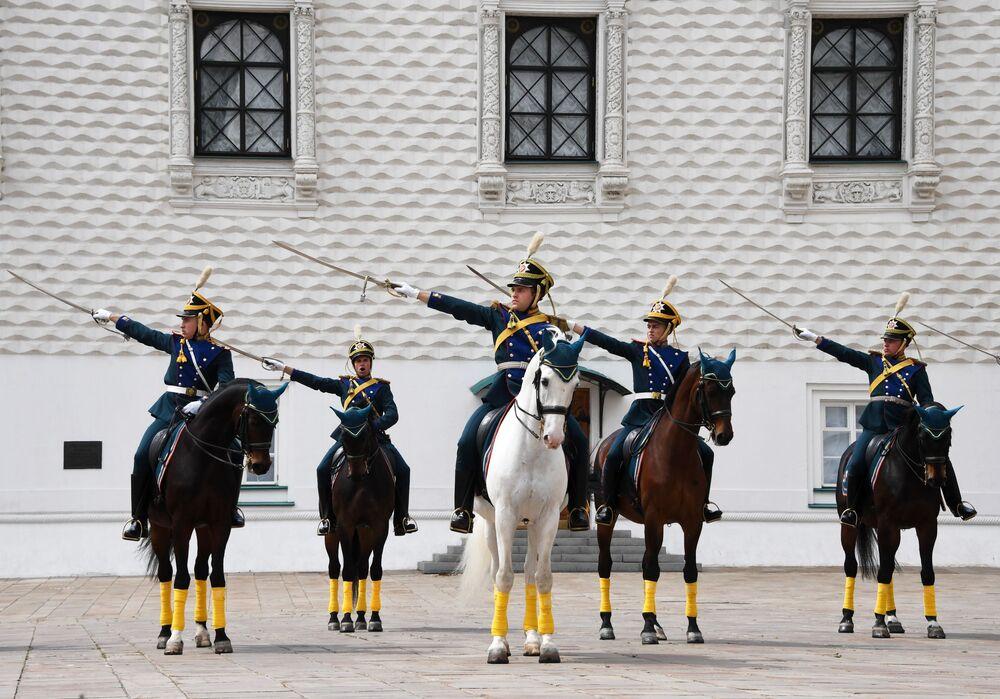 Cavaleiros da Guarda de Honra do Regimento Presidencial da Rússia desembainham sabres na Praça das Catedrais no Kremlin