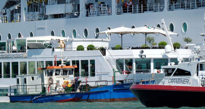 Navio de cruzeiro colide com embarcação turística em Veneza