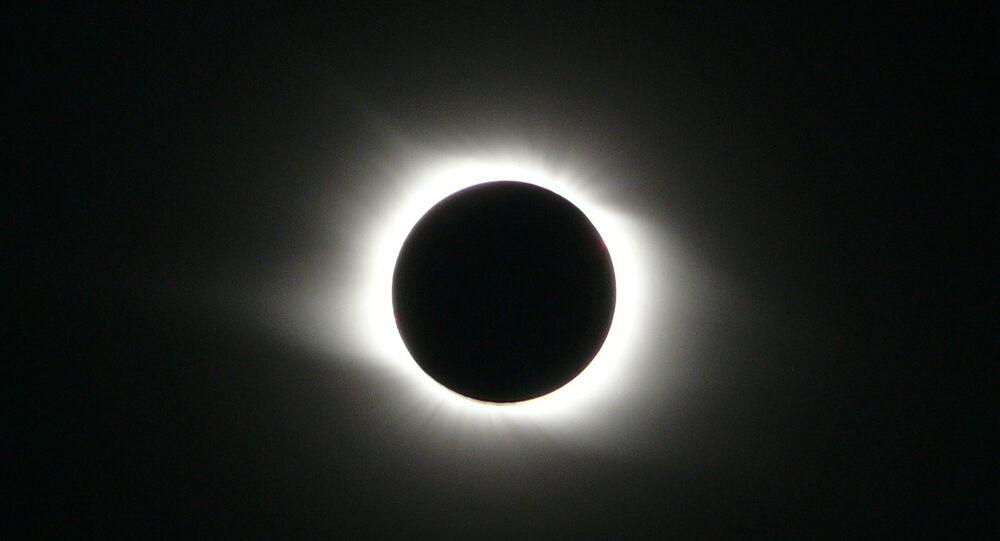 Eclipse solar total (imagem de arquivo)