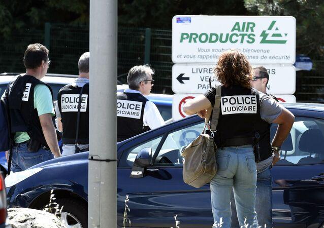 Polícia francesa no local do atentado em Saint-Quentin-Fallavier.