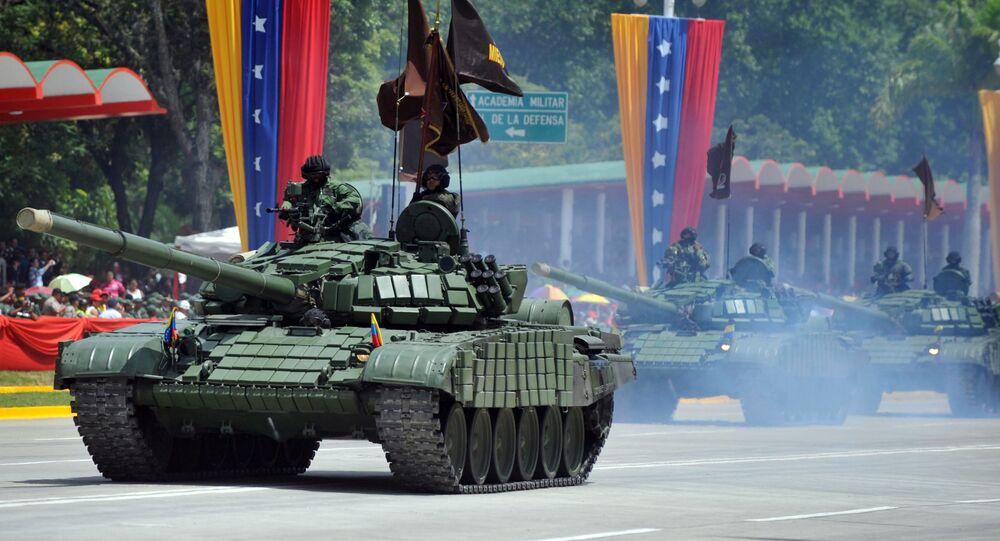 Tanque de guerra T-72, de fabricação russa, do Exército da Venezuela participa de desfile militar em Caracas, 5 de junho de 2011